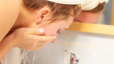Jak długo myć twarz, by cera była promienna? Od 20 do 60 sekund, nie krócej i nie dłużej