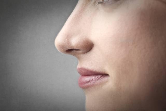 Przyczyną utraty węchu może być alergia lub polip w jamie nosowej