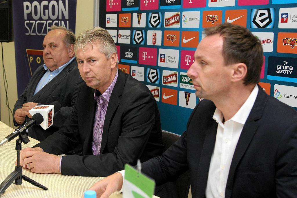 22 października 2014. Jan Kocian (w środku) podczas prezentacji w Pogoni