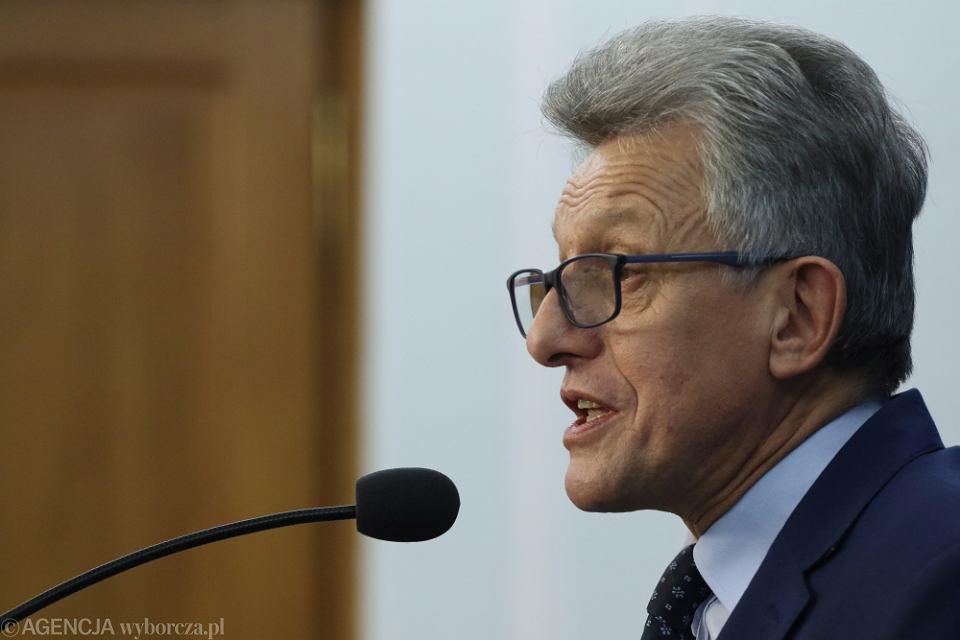 Poseł Stanisław Piotrowicz podczas konferencji prasowej