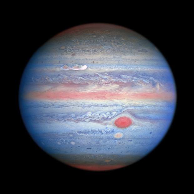 Zdjęcie Jowisza i Europy z Teleskop Hubble'a - połączenie obrazów w różnych długościach fal - w świetle ultrafioletowym, widzialnym i bliskiej podczerwieni
