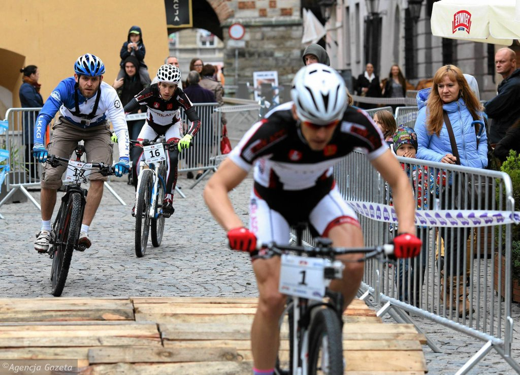 Tegoroczna rywalizacja w ramach, ogólnopolskiego cyklu miejskich sprintów rowerowych MTB będzie miała trzy odsłony. Pierwsza runda odbyła się w niedzielę na ulicach Lublina. Sprinty rowerowe są bardzo widowiskowe. Walka bark w bark czwórki zawodników, szybkie proste, ostre i ciasne zakręty, schody a czasami nawet sztuczne przeszkody. Zawodnicy zmierzyli się ze śliskimi brukowanymi uliczkami lubelskiego Starego Miasta. Musieli także przejechać przez plac Po Farze Najpierw kolarze zmierzyli się w wyścigu indywidualnym na czas. Wyniki zadecydowały o rozstawieniu w jeździe 'czwórkami'. Dwóch pierwszych na mecie danego wyścigu awansowało do dalszej rundy. Dwóch kolejnych odpadało z rywalizacji. Dla kibiców przygotowano szereg atrakcji. W miasteczku zawodów pojawiły się rowery testowe różnych marek, namiot rozgrzewkowy z trenażerami oraz stoisko z możliwością druku na papierze fotograficznym wykonanych podczas imprezy zdjęć. Kolejne imprezy z cyklu odbędą się w Katowicach (26 lipca) i Cieszynie (30 sierpnia).