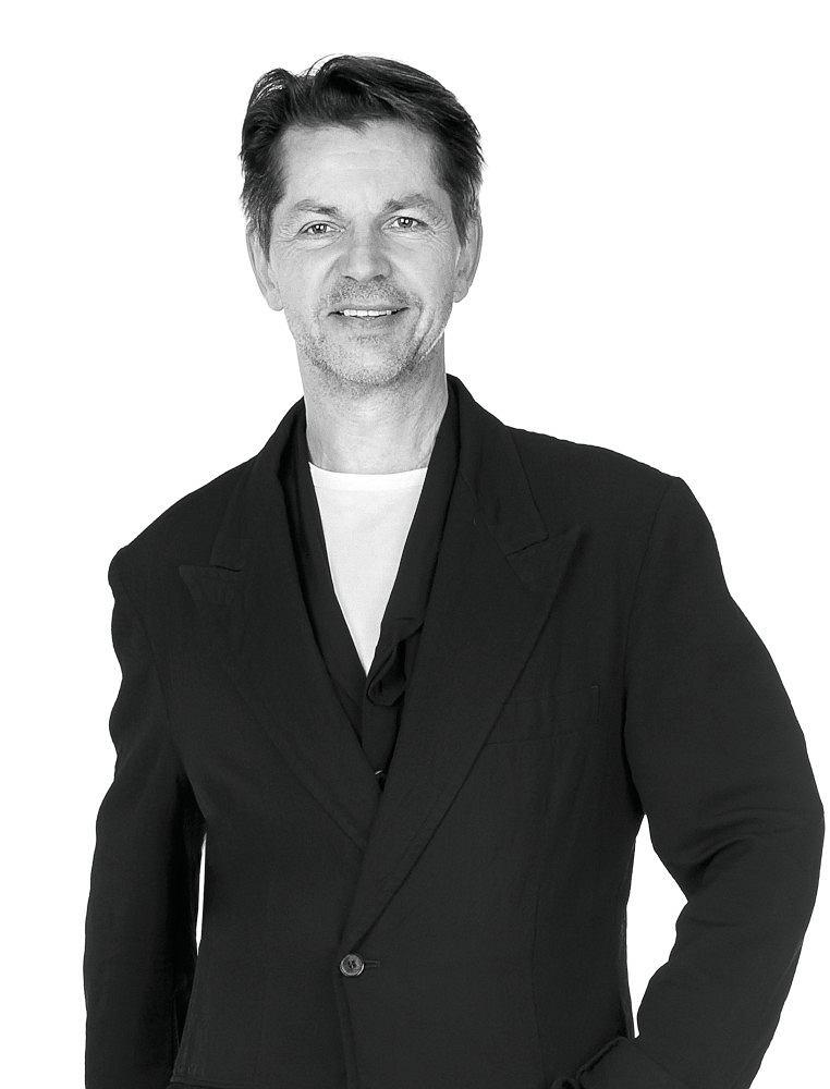 Krzysztof Łoszewski, autor książek, kostiumograf i projektant