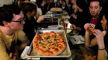 Wybierając pizzę, zwłaszcza w popularnym lokalu, gdzie składniki nie mają szansy przeleżeć zbyt długo, najczęściej jesteś bezpieczny