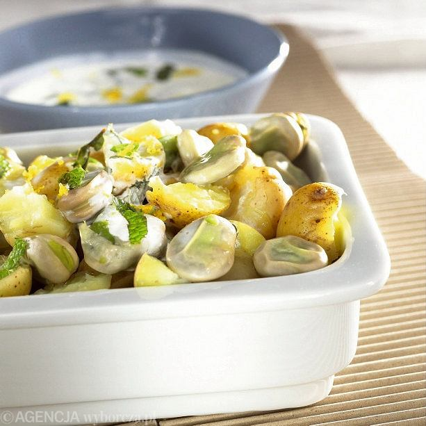 Młode ziemniaki z bobem w sosie śmietanowym