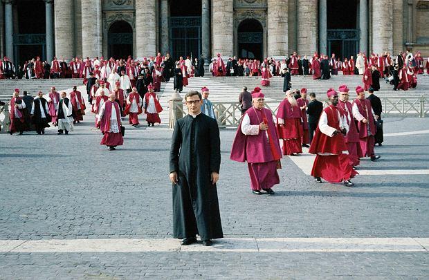 Ksiądz Tadeusz Pieronek na placu św. Piotra w Rzymie podczas Soboru Watykańskiego II