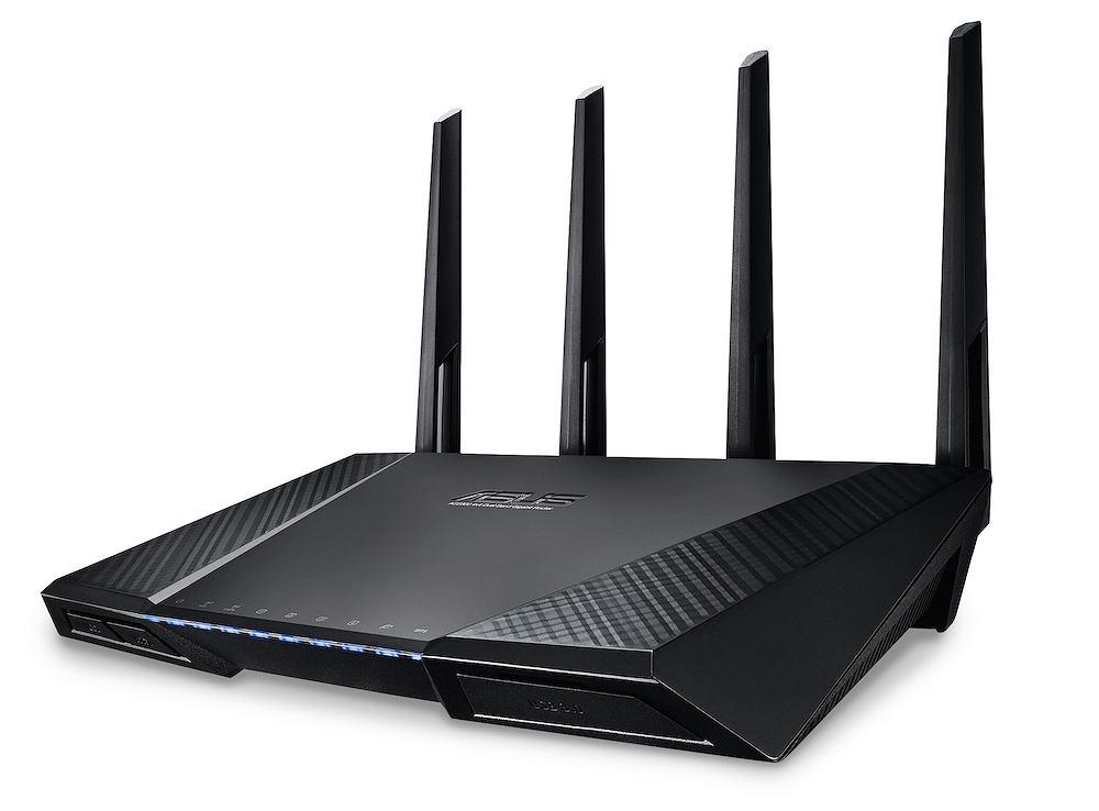 Bez kompromisów  ASUS RT-AC87U | Cena: 890 zł  Standard: AC2400 (do 1734 Mb/s) Za takie pieniądze kupisz laptopa, ale w przypadku AC87U cena to jedyna wada. No, port USB 3.0 mógłby znajdować się w bardziej dogodnym miejscu. To najbardziej kompletny router 802.11ac. Zapewnia błyskawiczny transfer Wi-Fi - producent nadał mu oznaczenie AC2400 (patrz tabelka na następnej rozkładówce). Jeśli masz szybkie łącze i urządzenia obsługujące standard 802.11ac, odtworzysz filmy 4K z serwisów online - jeżeli znajdziesz takie w Polsce... Ten model docenisz też za zasięg. Ma cztery anteny i zapewnia pokrycie sygnałem powierzchni 465 m2, wystarczy na dom z ogródkiem. Ponadto możesz liczyć na bardzo wysoki poziom bezpieczeństwa. Router chroni również inne urządzenia korzystające z Wi-Fi, bez instalowania dodatkowego oprogramowania - pod opieką są więc także twój smart TV i konsola do gier.