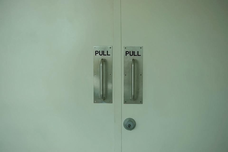 - Dlaczego projektujemy drzwi, których nie da się otworzyć? Napisy 'ciągnąć', 'pchnąć' powinny być zbędne - mówi Don Norman