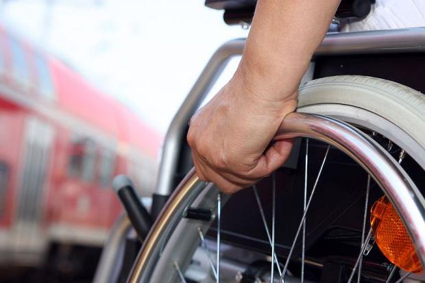 Niepełnosprawny na dworcu PKP