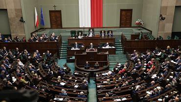 Sala plenarna Sejmu. Po lewej widać wejście, nad którym od 1997 r. wisi krzyż.