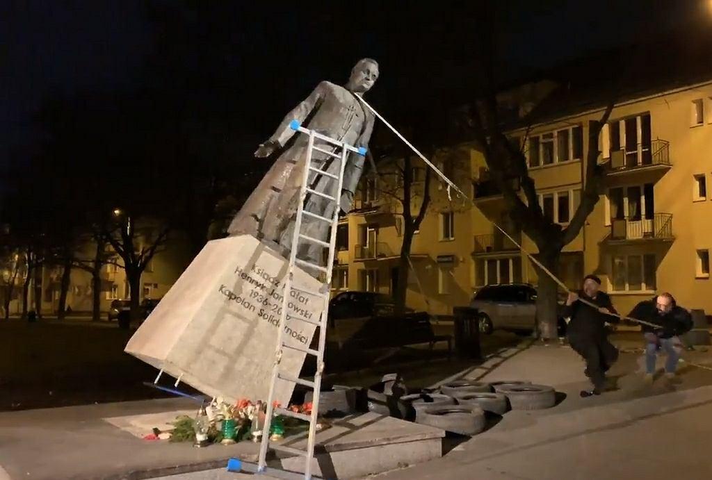Przewrócenie pomnika ks. Henryka Jankowskiego w Gdańsku