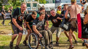 W Warszawie rozegrano kolejny ekstremalny bieg z przeszkodami Men Expert Survival Race. W imprezie wzięło udział aż 3,5 tys. zawodników. Wśród nich - na dystansie 6 km - Grzegorz Płonka, niepełnosprawny sportowiec, który od dziesięciu lat porusza się na wózku.
