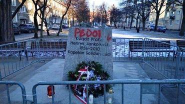 Cokół pomnika ks. Henryka Jankowskiego w Gdańsku