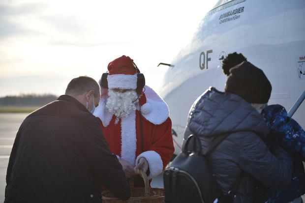 Zdjęcie numer 7 w galerii - Niecodzienny widok na wrocławskim lotnisku. Pasażerów witali i żegnali mikołaje-marszałkowie [ZDJĘCIA]