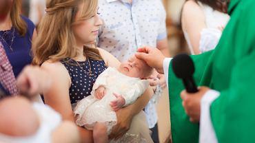 W Polsce coraz więcej rodziców rezygnuje z chrztu dziecka.