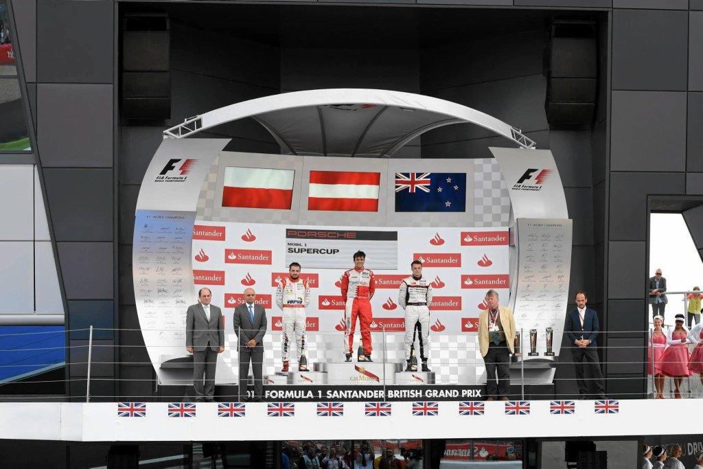 Podium w Silverstone w 2014 r. Od lewej stoją: Kuba Giermaziak, Clemens Schmid i Earl Bamber