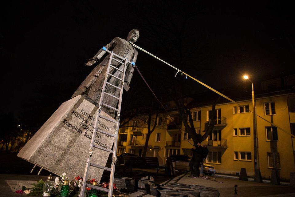 Obalenie pomnika ks. Jankowskiego. Trzech mężczyzn za pomocą pasów transportowych zwaliło statuę oskarżanego o pedofilię byłego kapelana Solidarności. Gdańsk, 21 lutego 2019