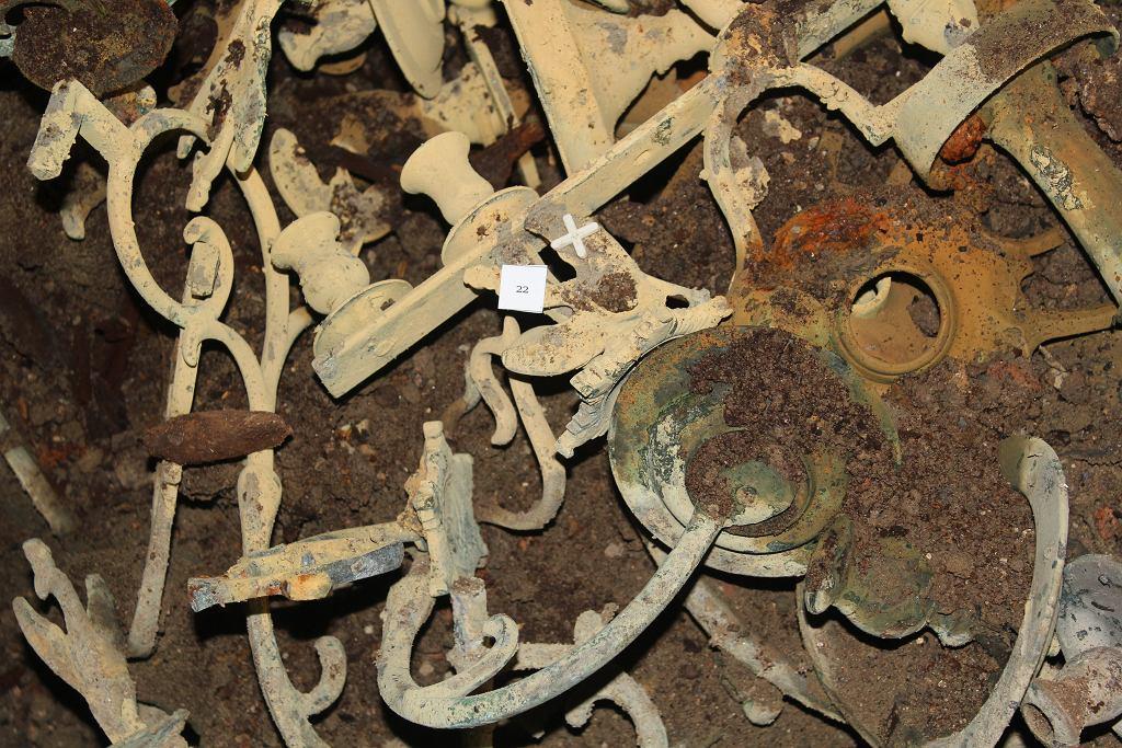 Przedmioty ukryte w skrzyni - świeczniki i części żyrandoli