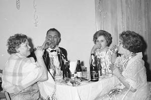 """""""Na stole, stał żelazny zestaw: wódka, oranżada i szampańskoje igristoje. No i obowiązkowe paluszki słone w szklance"""""""