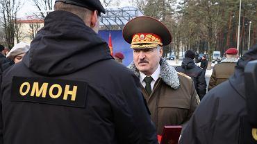 Łukaszenka i funkcjonariusz OMON-u (zdjęcie ilustracyjne)
