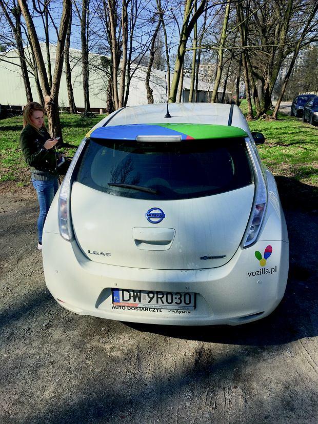 Miejska wypożyczalnia samochodów elektrycznych Vozilla - aktywujesz samochód za pomocą aplikacji mobilnej, płatność pobierana jest z karty kredytowej. Auta są czyste, zadbane, ekonomiczne i niedrogie - przejazd kosztuje mniej więcej 50 proc. tego, ile zapłaciłbyś za taksówkę. Na zdjęciu: nissan leaf.
