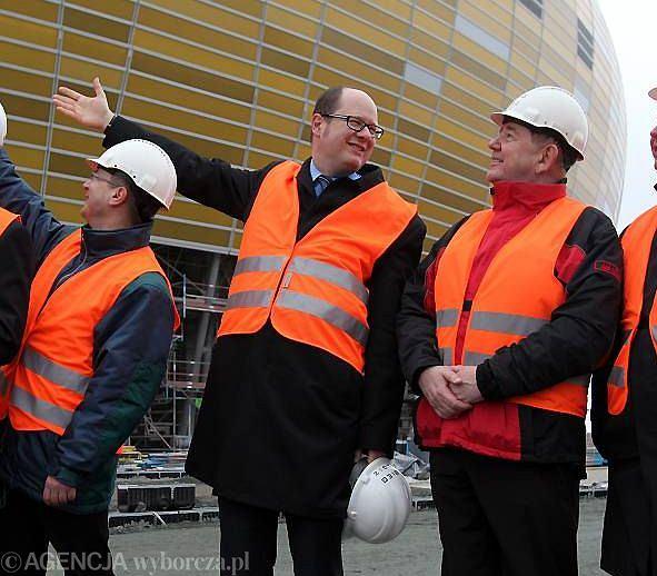 Rok 2008. Prezydent Gdańska Paweł Adamowicz (drugi od lewej) tuż po awansie Lechii do ekstraklasy