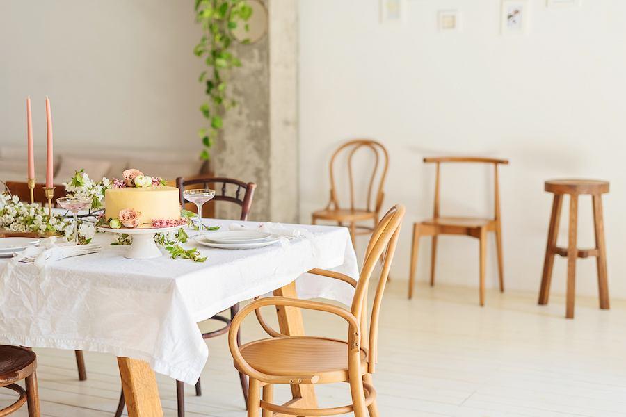 Gięte krzesła w kolorze naturalnego buku