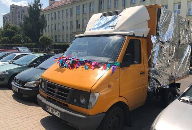 Uczniowie warszawskiego liceum obkleili samochód z antyaborcyjną agitacją