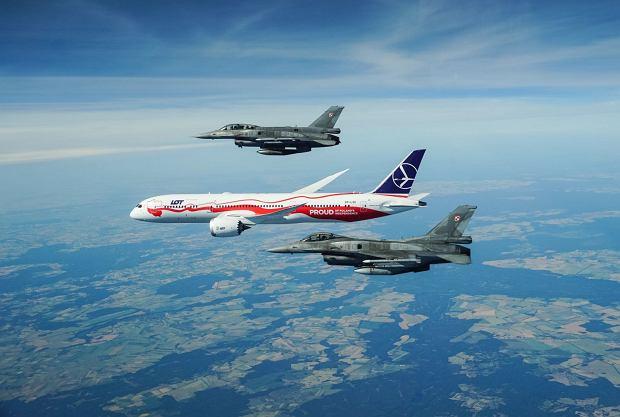 LOT-owski biało-czerwony dreamliner w honorowej asyście F-16 na polskim niebie