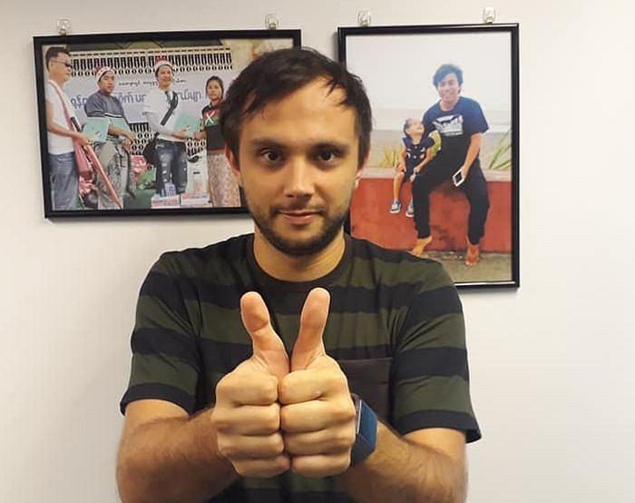 Antoni Słodkowski w grudniu 2018 r. na zdjęciu z akcji solidarnościowej z uwięzionymi dziennikarzami Reutersa. Taki gest Wa Lone z wykonuje zawsze podczas transportu między więzieniem a salą sądową