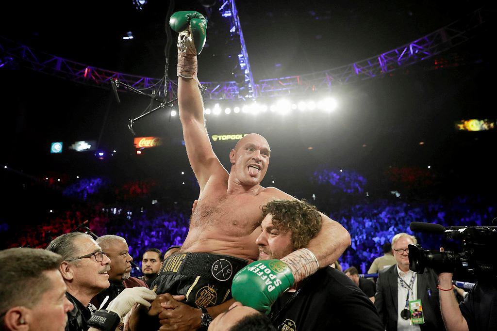 Tyson Fury świętujący pokonanie Deontaya Wildera na ringu w Las Vegas