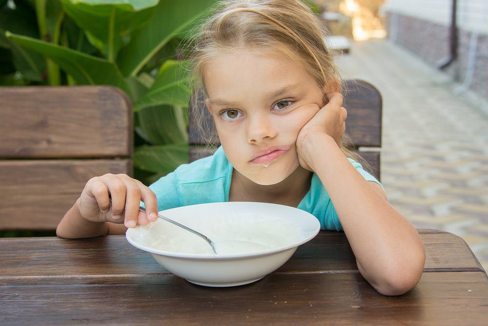 Hiperkalcemia u dzieci może objawiać się m.in. utratą łaknienia, nudnościami, wymiotami, zaparciami.