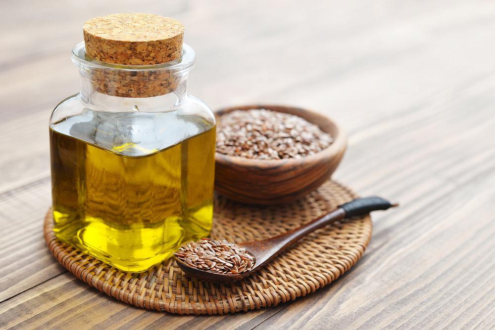 Olej lniany powstaje w wyniku tłoczenia na zimno nasion lnu zwyczajnego. By był najwyższej jakości, do tłoczenia powinny zostać wybrane najlepszej jakości ziarna, niemodyfikowane genetycznie, z niewielką ilością zanieczyszczeń.