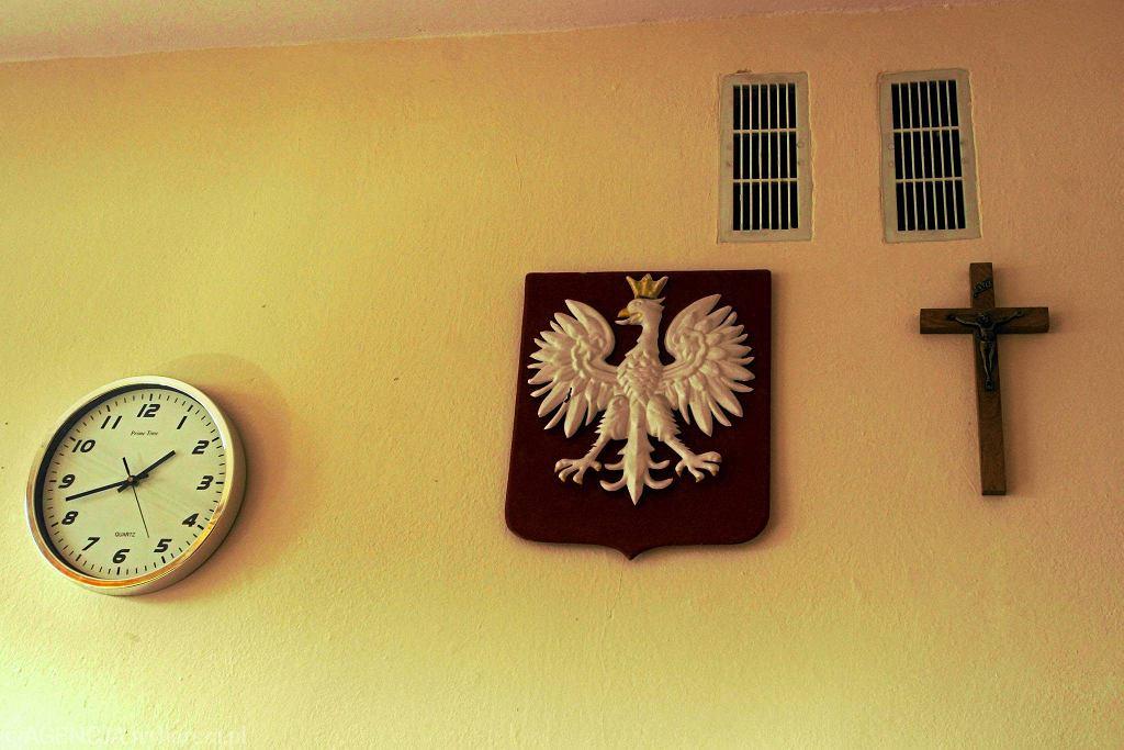 ''Wyposażenie'' klasy - zegar, godło i krzyż
