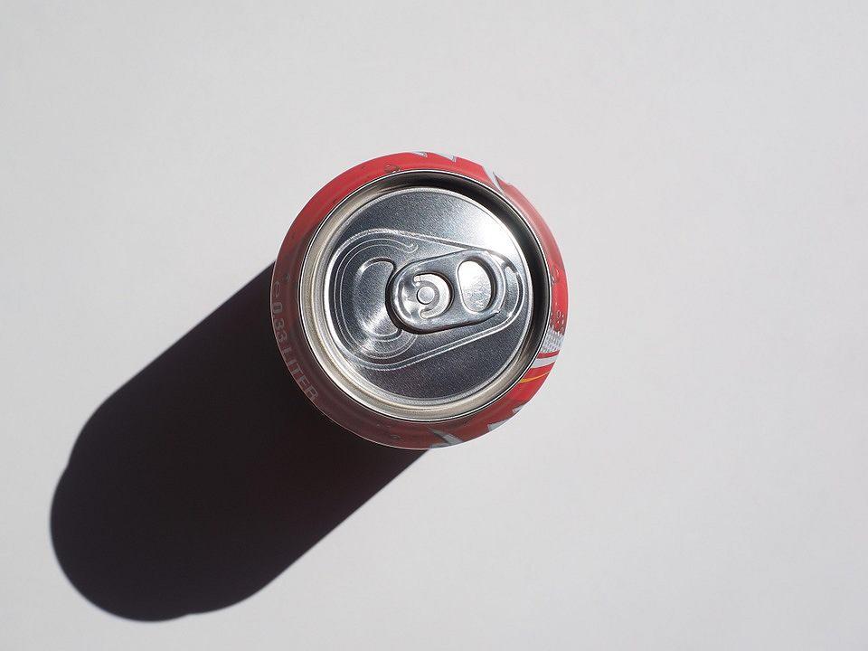 1. Coca-Cola. Poradzi sobie z niewielkim kamiennym osadem. Wlej szklankę napoju do czajnika, dolej odrobinę wody i zagotuj. Gdy ostygnie, wylej razem z kamieniem.