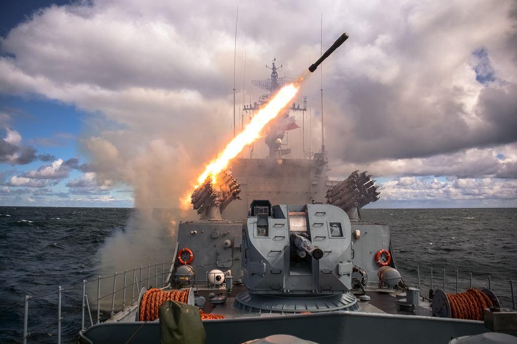 Korweta ORP Kaszub odpala rakietową bombę głębinową, która służy do atakowania okrętów podwodnych