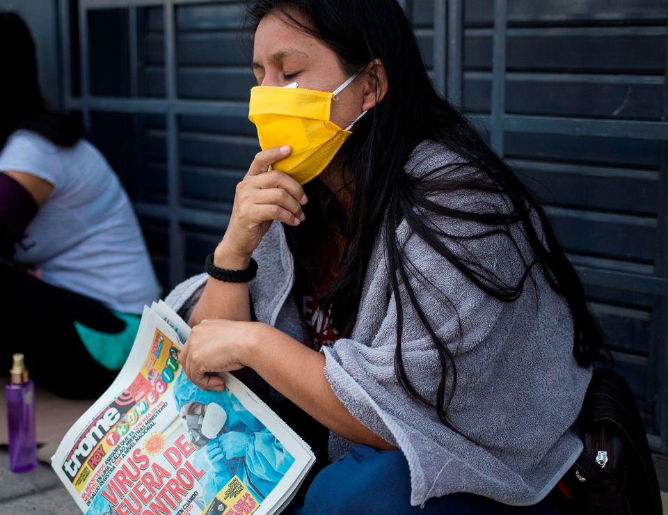 Podczas pandemii koronawirusa rzetelne informacje mogą być sprawą życia i śmierci. Ludzie potrzebują wiarygodnych doniesień na temat zagrożeń. Na zdjęcu: 'Wirus poza kontrolą' - nagłówek lokalnej prasy. Lima, Wenezuela, 29 kwietnia 2020