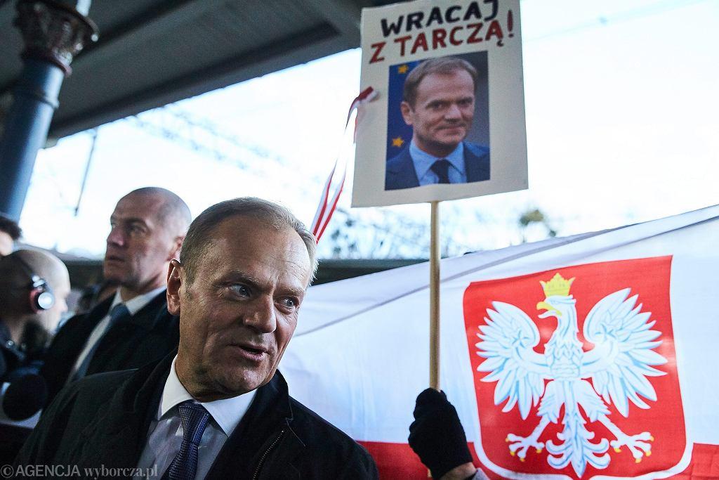 Przywitanie Donalda Tuska na dworcu
