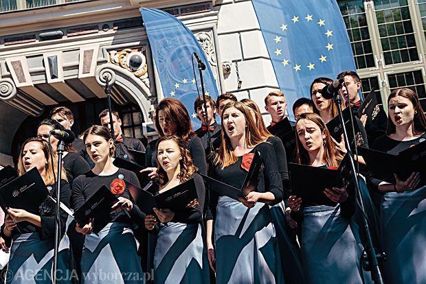 Odspiewanie hymnow Polski i Unii Europejskiej z okazji 15 rocznicy wejscia Polski do Unii Europejskie