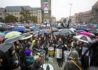 Czarny protest w Poznaniu. Policja interweniowała przed biurem PiS [WIDEO]