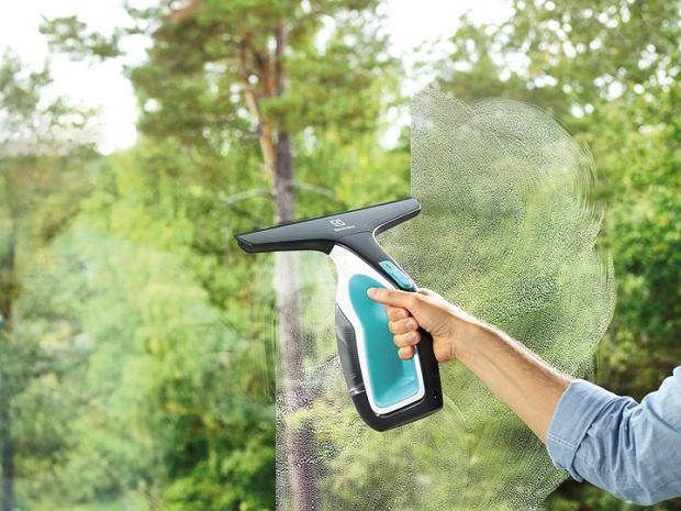 Myjka do okien - jak wybrać? Czy warto ją mieć?