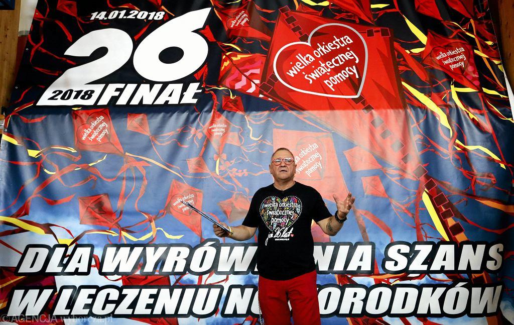 Jerzy Owsiak podczas próby pobicia rekordu w jednoczesnym prowadzeniu resuscytacji krążeniowo-oddechowej i ogłoszenie celu 26 finału WOŚP w 2018 roku.
