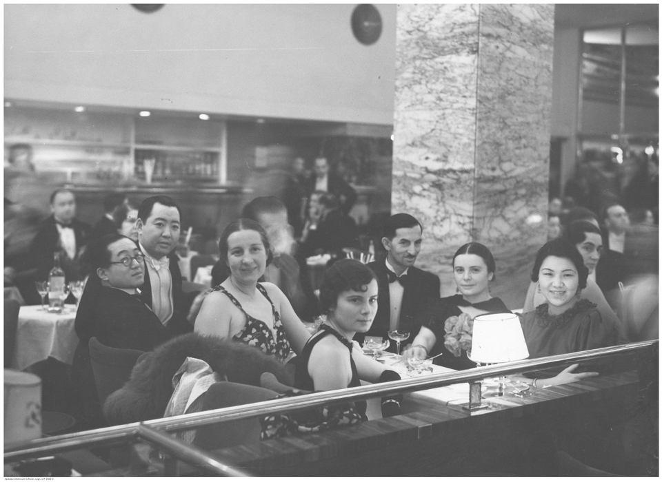 Bal prasy w lokalu Adria w Warszawie. Grupa uczestników balu przy stoliku. Wśród nich widoczni pracownicy Poselstwa Chin w Polsce. Data wydarzenia: 1936-01-31