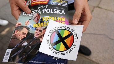 Naklejka 'Strefa wolna od LGBT' dołączona do 'Gazety Polskiej'