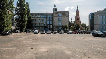 Boisko szkoły muzycznej przy ul. Głogowskiej, na które ma być przeniesione targowisko z Rynku Łazarskiego