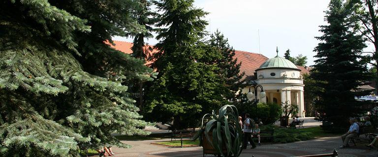 Antyniemiecka wystawa na terenie uzdrowiska.Organizator chwali się patronatem premiera