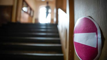 Pandemia koronawirusa. Oznaczenia kierunkowe - w ramach reżimu sanitarnego w I LO im. Norwida. Bydgoszcz, 3 września 2020