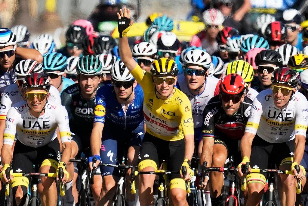 18.07.2021, Paryż, Tadej Pogacar (w żółtej koszulce) na trasie ostatniego etapu Tour de France