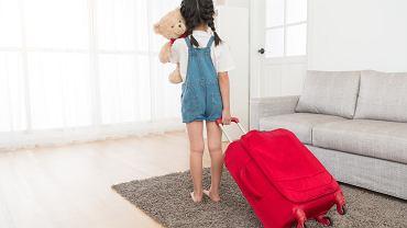 Opieka naprzemienna to jedna z form sprawowania opieki nad dzieckiem. Zdjęcie ilustracyjne
