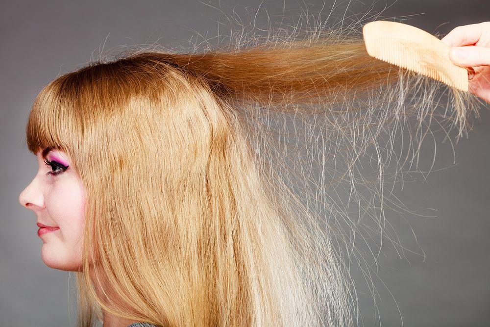 Sposoby na elektryzujące się włosy. Poznaj przyczyny i dowiedz się, jakich błędów unikać